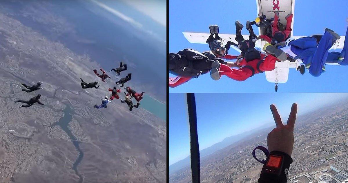"skydriver peace sky 69.jpg?resize=412,232 - ¡Un grupo de 48 paracaidistas deletrean ""paz"" en el cielo para inspirar a otros!"