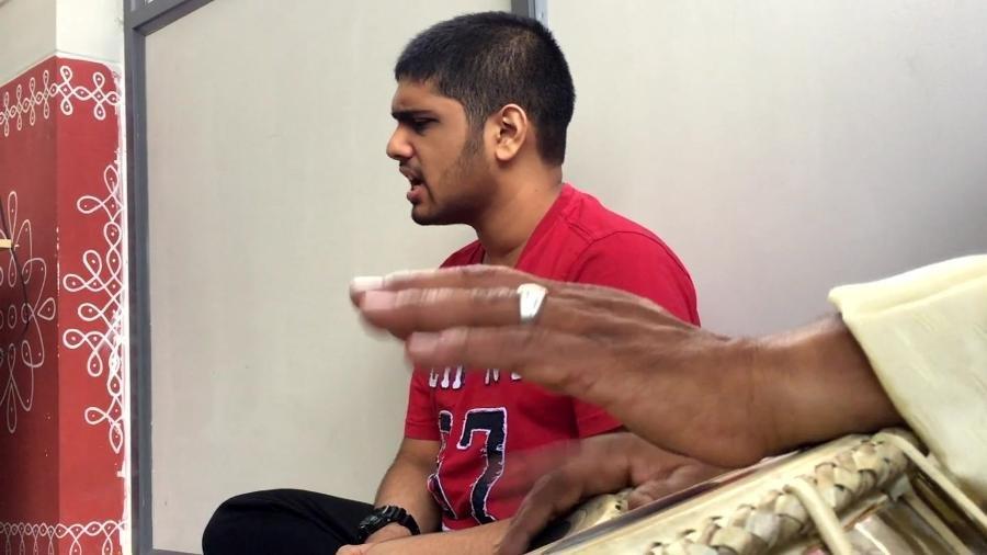 varun chenichery jovem indiano com autismo usa musica para inspirar 1532026798255 v2 900x506.jpg?resize=1200,630 - Garoto indiano com autismo surpreende ao ser capaz de ler e escrever em 30 idiomas diferentes