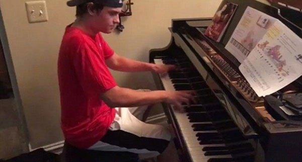 1 57.jpg?resize=412,232 - 배달 간 집에서 '엄청난' 피아노 실력 보여준 피자배달부 (영상)
