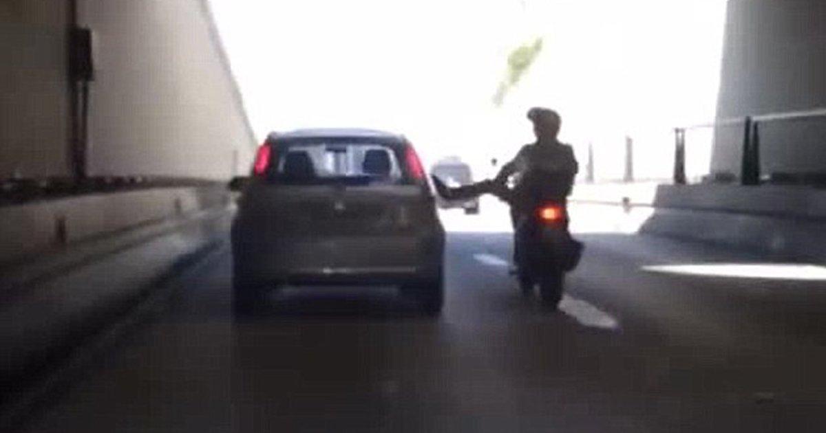 "2 43.jpg?resize=648,365 - ""내 발차기를 받아라""... 오토바이 탄 남성의 복수가 실패하는 순간 (영상)"