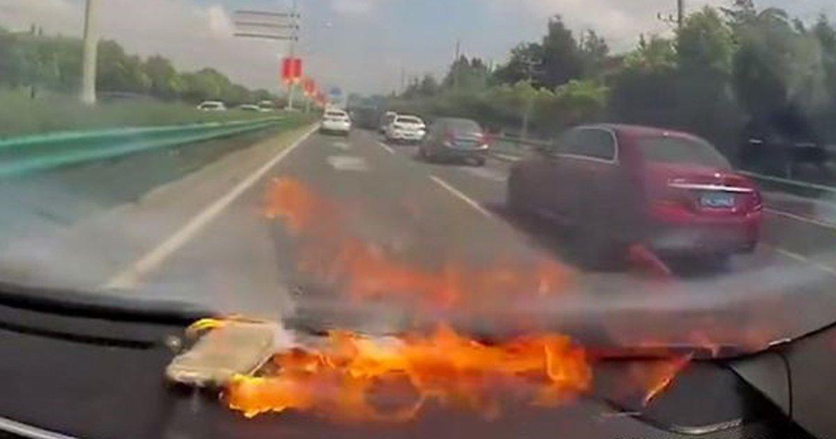 2 64.jpg?resize=648,365 - 싼 배터리로 교체했다가 달리는 차 안에서 '폭발한' 아이폰6 (영상)