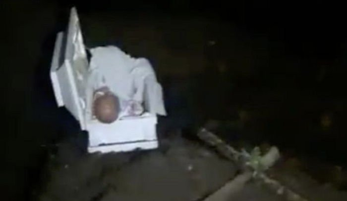 41b225r5evs64at2563x.jpg?resize=648,365 - 彼女が埋めた赤ちゃんの棺から「人形」を発見したお父さん