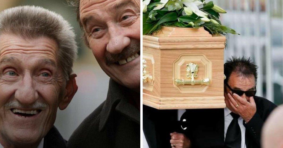barry3.png?resize=412,232 - Paul Chuckle tombe en larmes alors qu'il transporte le cercueil de son frère Barry dans le stade de New York aux États-Unis