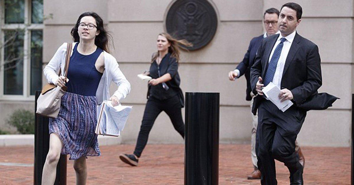 courtroom verdict.jpg?resize=412,232 - Des photos de jeunes stagiaires sortant du palais de justice de Virginie après la condamnation de l'ancien directeur de campagne de Donald Trump ont provoqué une frénésie sur Internet
