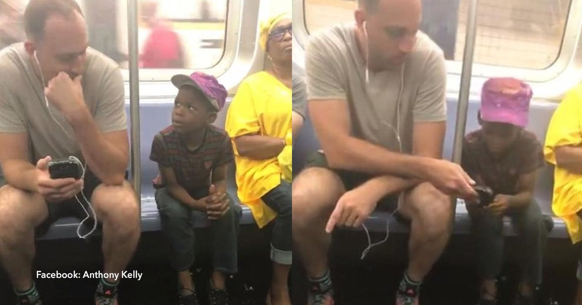 cov 1 47.png?resize=300,169 - El emotivo gesto de un pasajero del metro entregándole su teléfono móvil a un niño