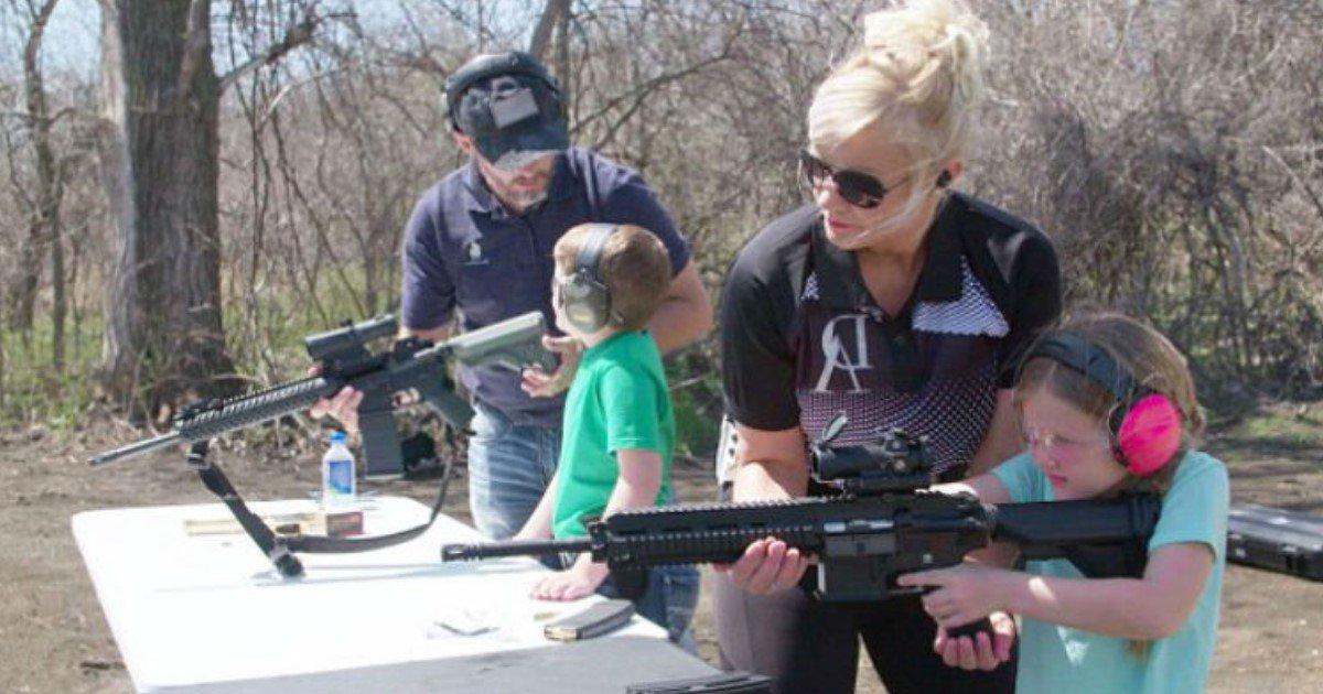featured image 2.jpg?resize=412,232 - Une mère enseigne à ses sept enfants dès l'âge de cinq ans à tirer avec des armes à feu très puissante
