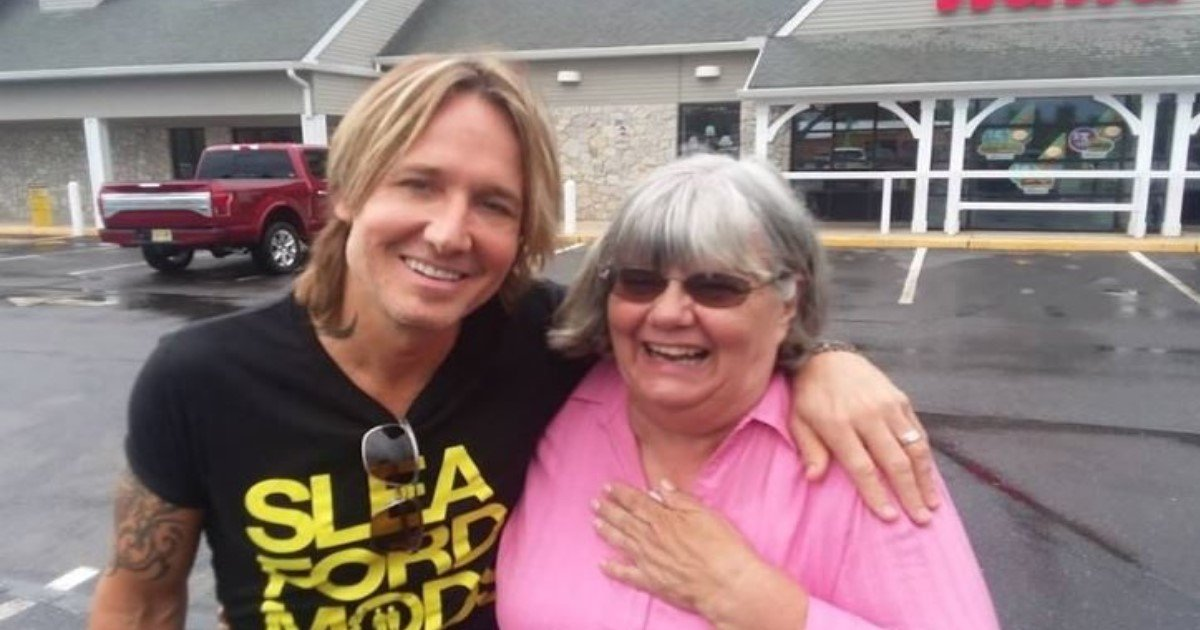 featured image 23.jpg?resize=1200,630 - Kind Lady Buys Coffee For Man Short On Cash, Realizes It's Mega-Star Keith Urban