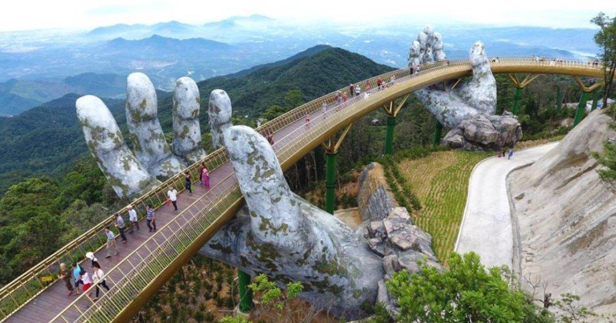 featured image 64.jpg?resize=412,232 - Le Golden Bridge a récemment ouvert au Vietnam, soutenu par des mains gigantesques, ce pont est incroyablement beau
