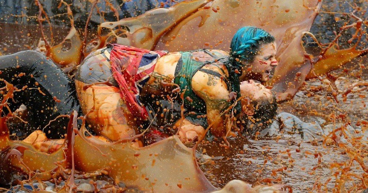 """featured image 82.jpg?resize=412,232 - Les concurrents s'affrontent au """"championnat du monde de lutte dans du jus de viande"""" !"""