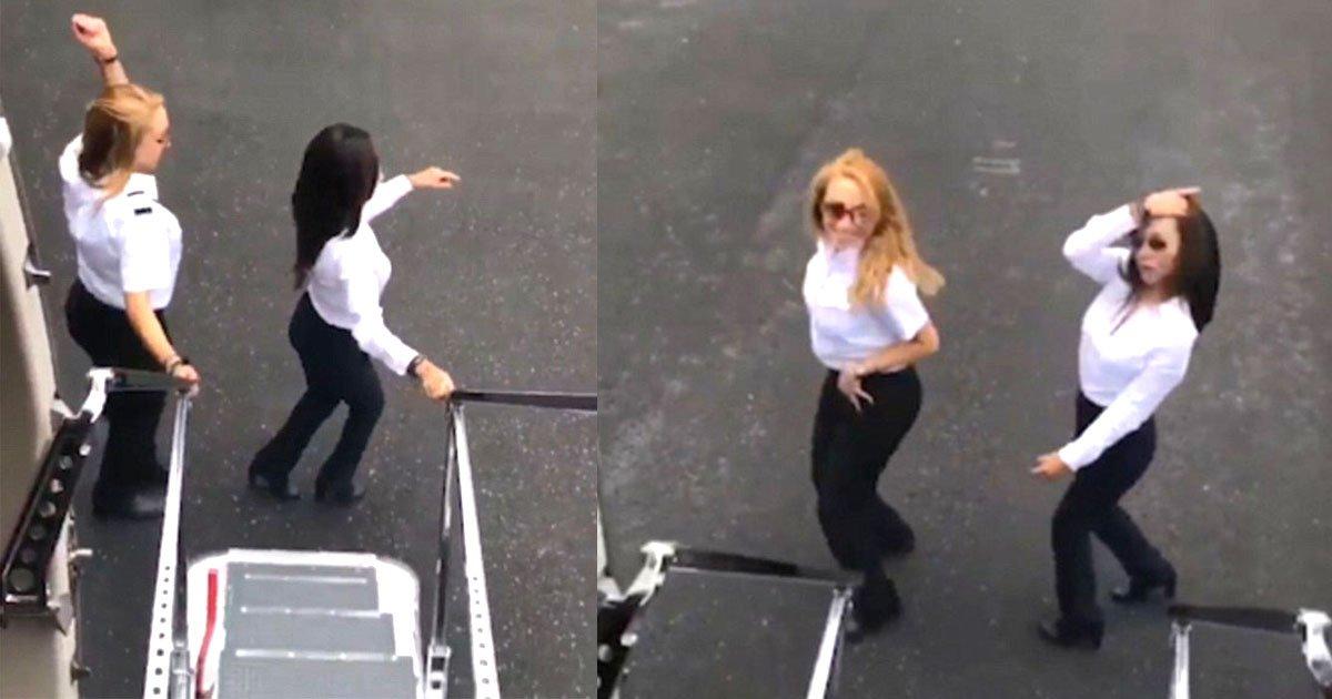 here is how these two pilots performed aeroplane kiki challenge next to a moving plane.jpg?resize=636,358 - Duas funcionárias gravam desafio dançando ao lado de avião em movimento