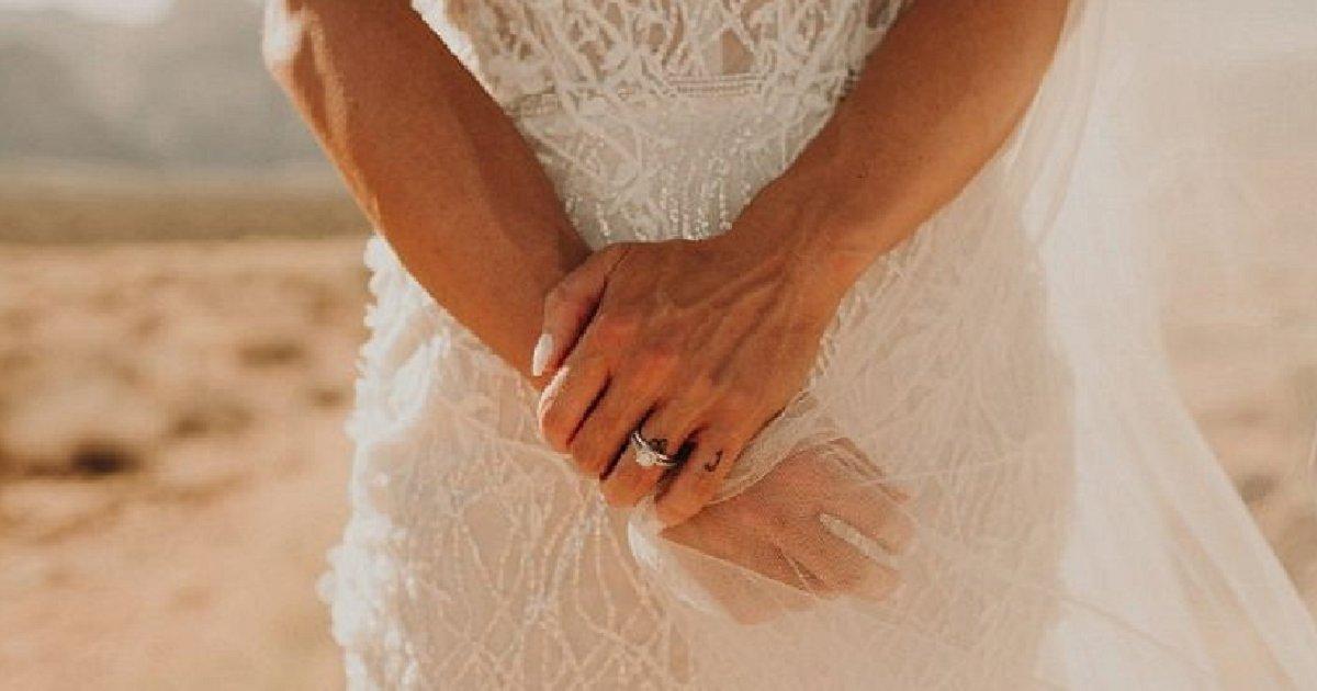 img 5b73d03cc4615.png?resize=300,169 - 결혼 사진 속 자신의 못생긴 손에 충격받아 '필러' 맞은 여성