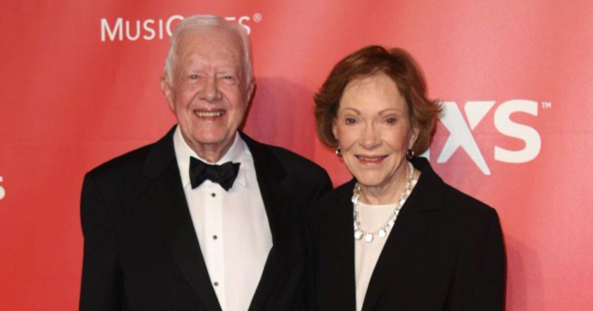 jimmy carter and his wife.jpg?resize=412,232 - L'ancien président Jimmy Carter mène une vie simple avec sa femme dans un ranch à deux chambres - il lave sa vaisselle après avoir mangé des repas faits maison