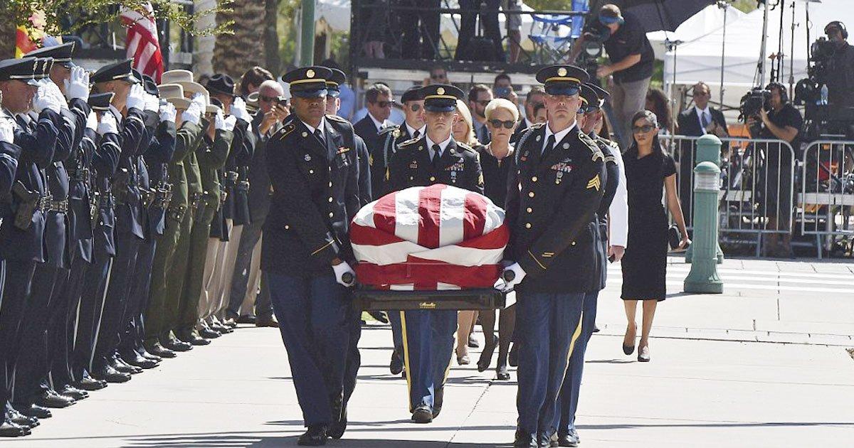 john mccain.jpg?resize=648,365 - Le corps de John McCain arrive au Capitole de l'Arizona - Sa femme et sa fille en deuil.
