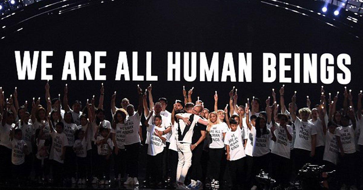 """logic mtv vmas.jpg?resize=412,232 - Logic a amené des dizaines de familles d'immigrants portant des t-shirts """"We are all human beings"""" sur scène aux MTV VMA"""