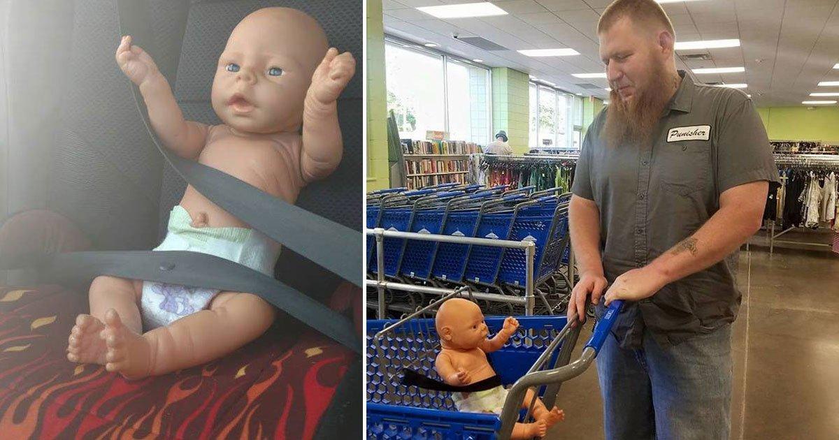 man takes doll to goodwill.jpg?resize=412,232 - Un père amène la poupée de sa fille, qu'elle appelle son fils, à Goodwill pour lui procurer de nouveaux vêtements