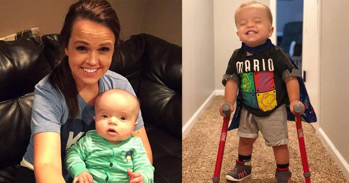 """roman 2 yr old 9.jpg?resize=636,358 - """"Regarde Maggie, je marche"""" - Un enfant de 2 ans atteint de spina-bifida émeut Internet en faisant ses premiers pas."""