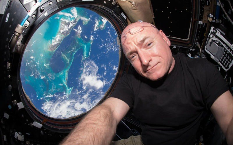scott kelly 800x500.jpg?resize=412,232 - Puaj! 7 datos desagradables sobre viajes espaciales