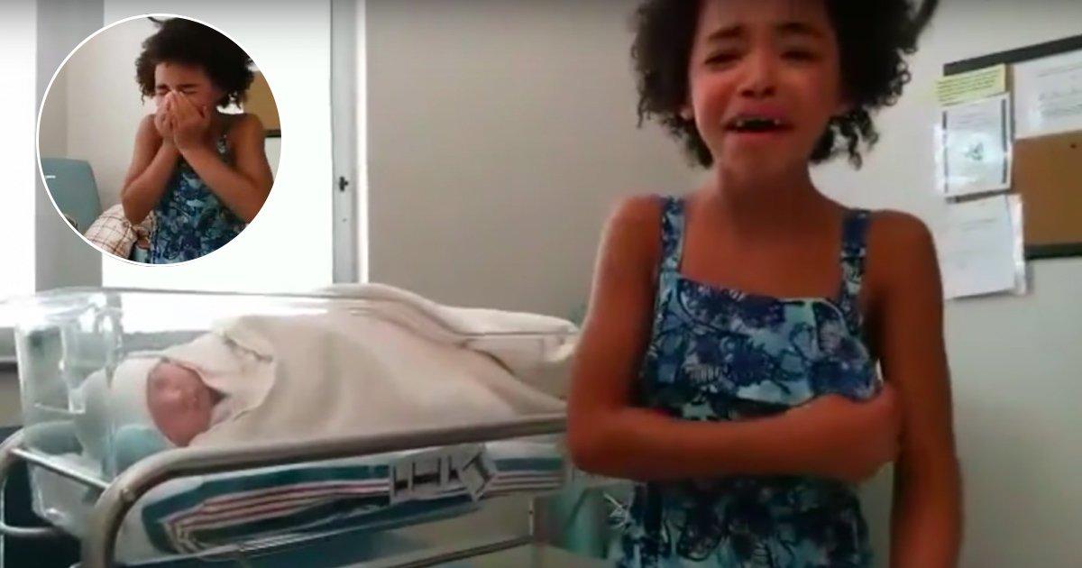 tys.jpg?resize=412,232 - Cette fillette éclate en sanglots après avoir vu son petit frère pour la première fois mais une autre surprise l'attend