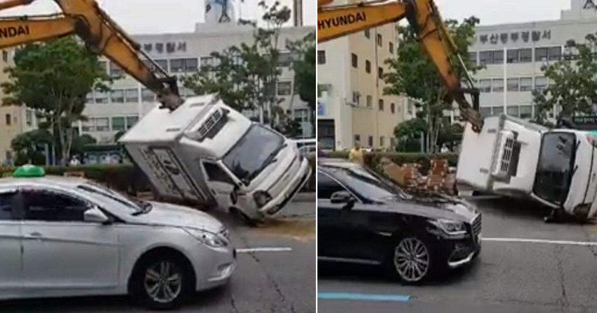 0910 thumb 3.jpg?resize=300,169 - 넘어진 트럭을 아기 다루듯 사뿐히 들어올린 '부산 포크레인 기사' (영상)