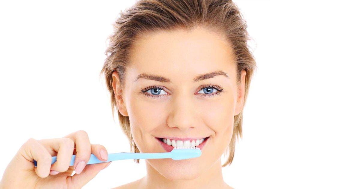 1 226.jpg?resize=1200,630 - 10 Formas de eliminar las manchas de sarro en tus dientes