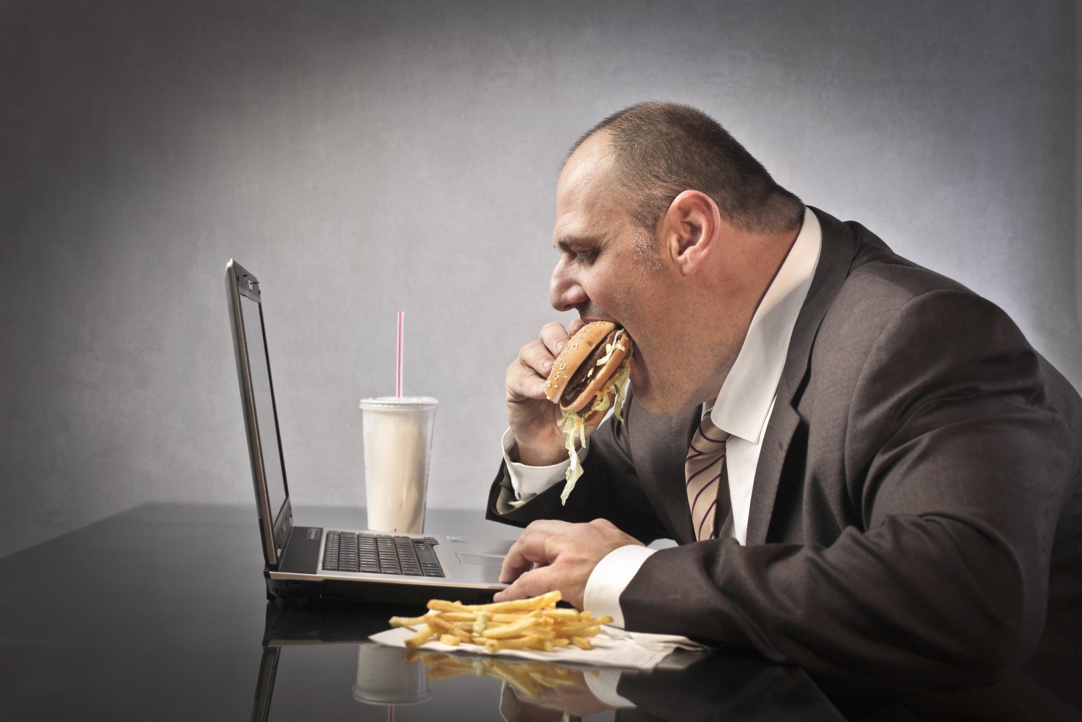 9 23 social media and obesity.jpg?resize=636,358 - 5 motivos pelos quais as pessoas engordam no trabalho