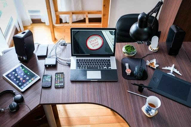 Clean office desk can help you in a long run (Pexels)