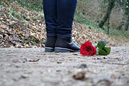 붉은 장미 바닥에, 사랑, 슬픈 소녀, 실연, 외로운, 여성 모델