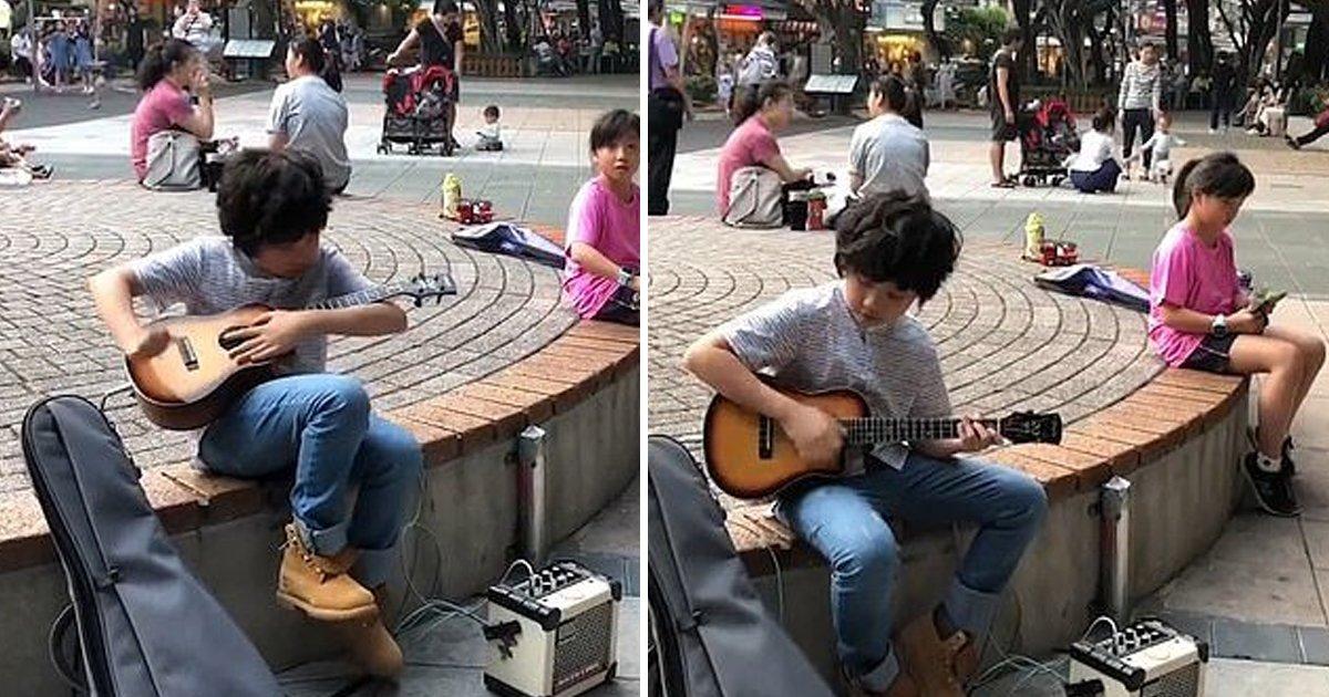 aha.jpg?resize=412,232 - Un petit garçon de 11 ans étonne les spectateurs en jouant du ukulélé