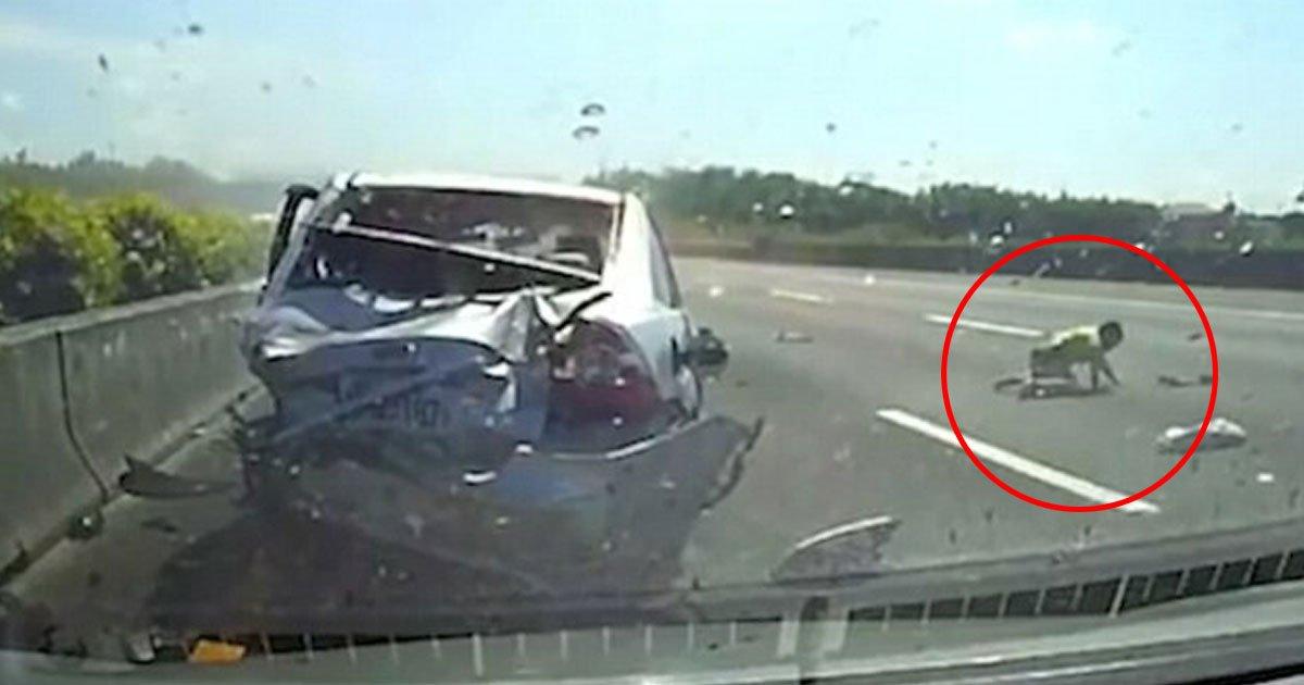 car crash.jpg?resize=636,358 - [Vidéo] Un garçon de 11 ans est projeté sur l'autoroute lors d'une collision entre deux véhicules - il survit miraculeusement.
