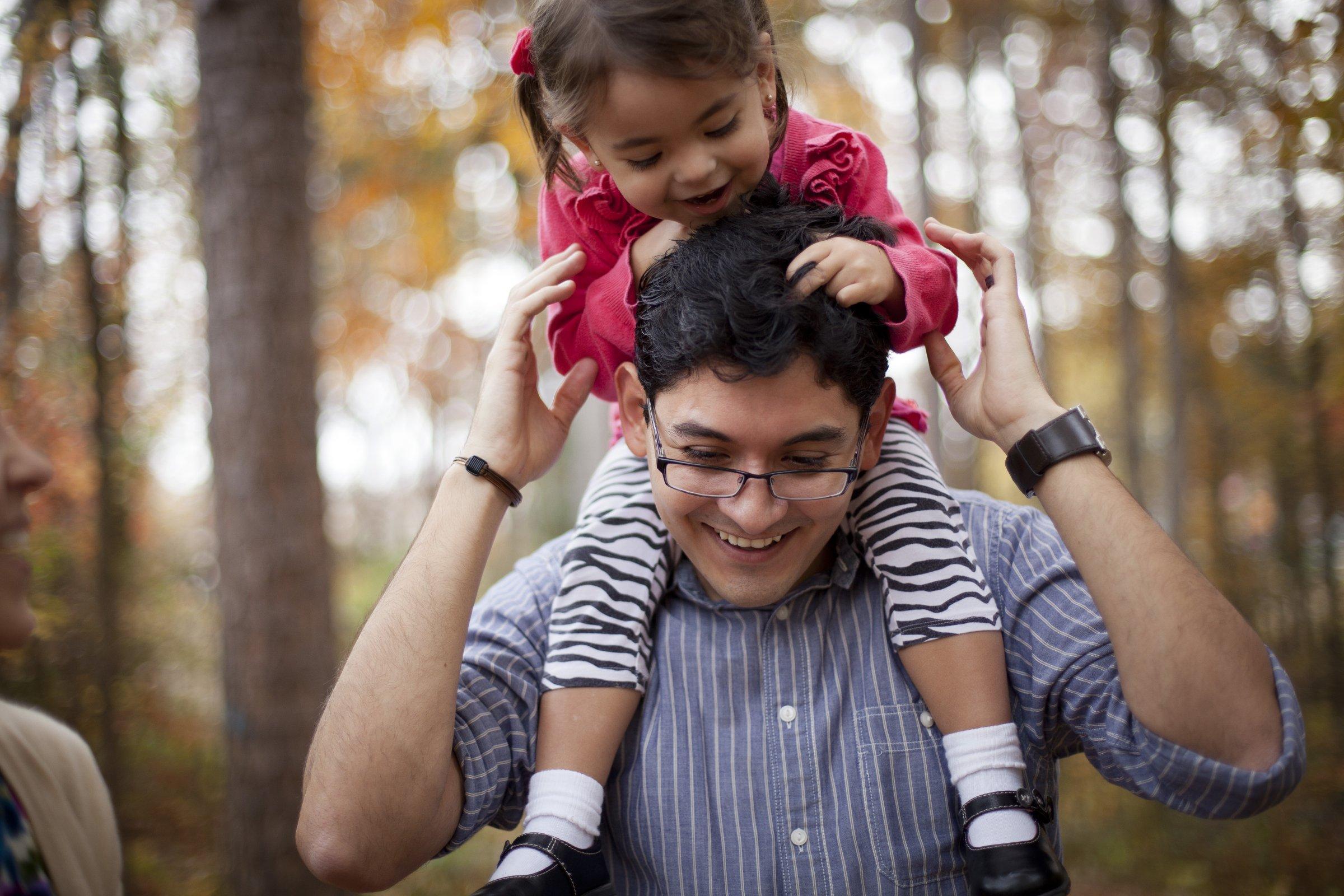 father daughter shoulders 921270 wallpaper.jpg?resize=636,358 - Mulheres que cresceram com o pai presente são seguras e independentes