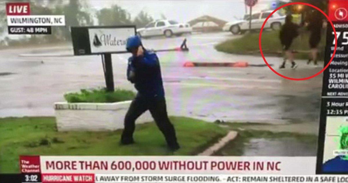 featured image 46.jpg?resize=1200,630 - Repórter se prepara todo para furacão enquanto dois homens ao fundo caminham tranquilamente