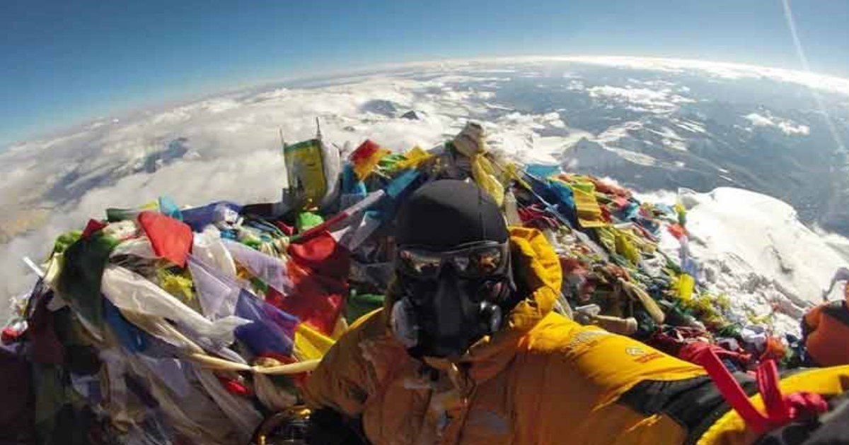 featured image 5.jpg?resize=636,358 - Selfie Atop Everest Showing Earth's Curved Edge In Background Destroys 'Flat Earth Theory' Once And For All