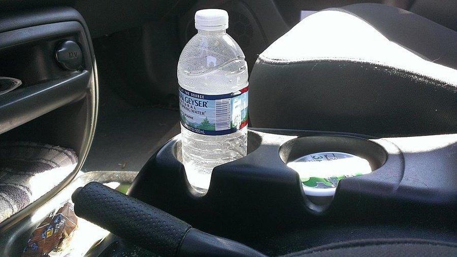 imag3403.jpg?resize=412,232 - Bombeiros fazem um alerta: Não deixe garrafas de plástico dentro do carro