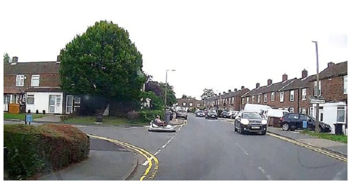 man 6.jpg?resize=300,169 - Un homme conduit une auto tamponneuse sur une route publique du Royaume-Uni