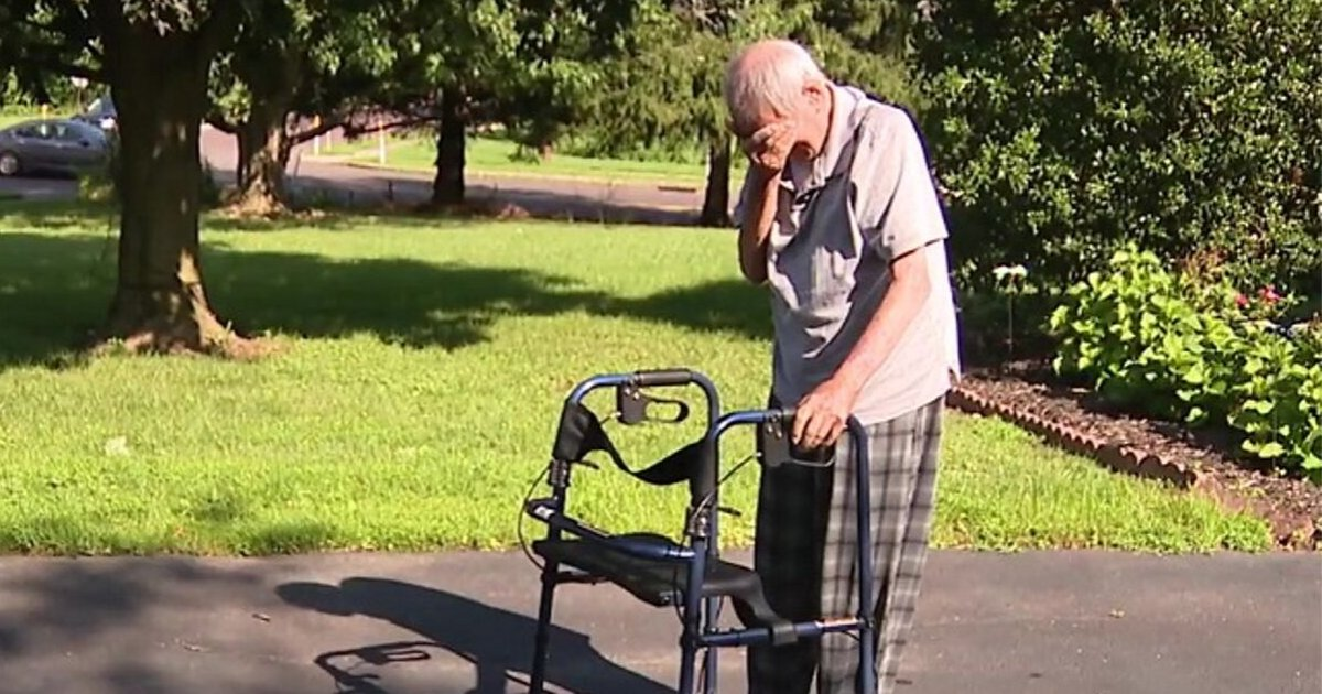 man2.png?resize=412,275 - Dying WWII Veteran Couldn't Hold Back Tears When He Heard Bagpipes Playing On His Driveway