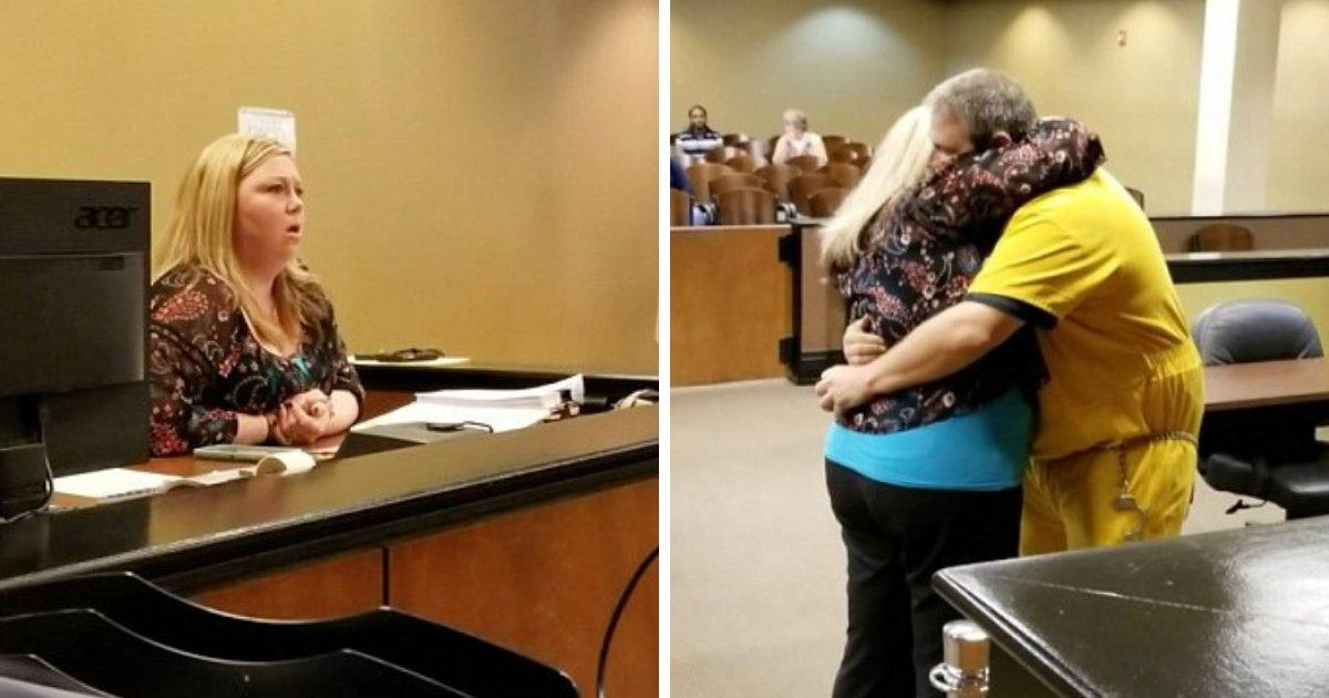 officer2.png?resize=412,232 - Une agent de probation est choquée par l'homme qui entre dans sa salle d'audience avec des chaînes aux pieds