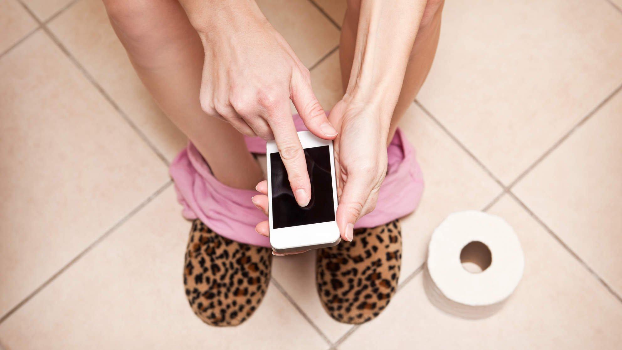 phone in bathroom.jpg?resize=1200,630 - Atenção: Quem fica muito tempo sentado no vaso sanitário enquanto mexe no celular pode acabar com hemorroidas