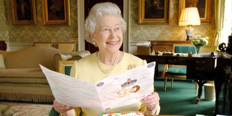 queen elizabeth ii sits in the regency room at buckingham news photo 115434851 1535625915.jpg?resize=1200,630 - 全英國只有女王開車不用駕照、家裡設專屬提款機!只有女王伊莉莎白二世才有的10個皇室特權