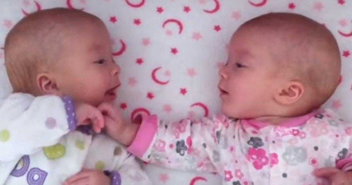 untitled design 28.png?resize=412,232 - Des bébés jumelles identiques partagent une conversation précieuse!