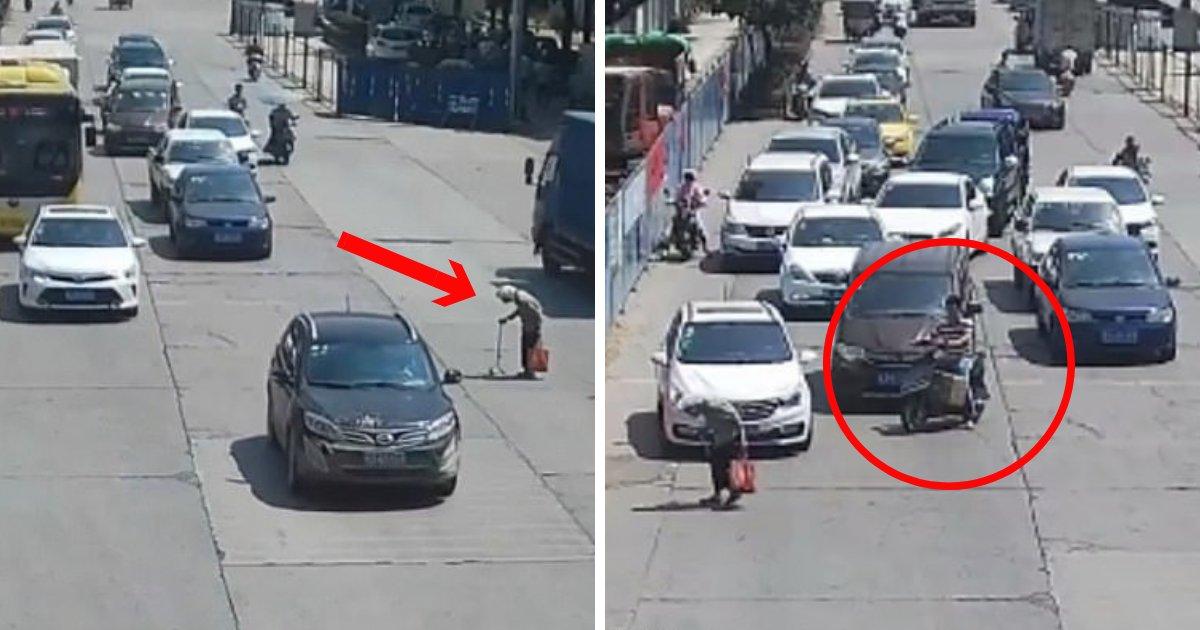 untitled design 44 1.png?resize=1200,630 - Un conducteur de scooter arrête la circulation pour aider une femme âgée à traverser une route très fréquentée