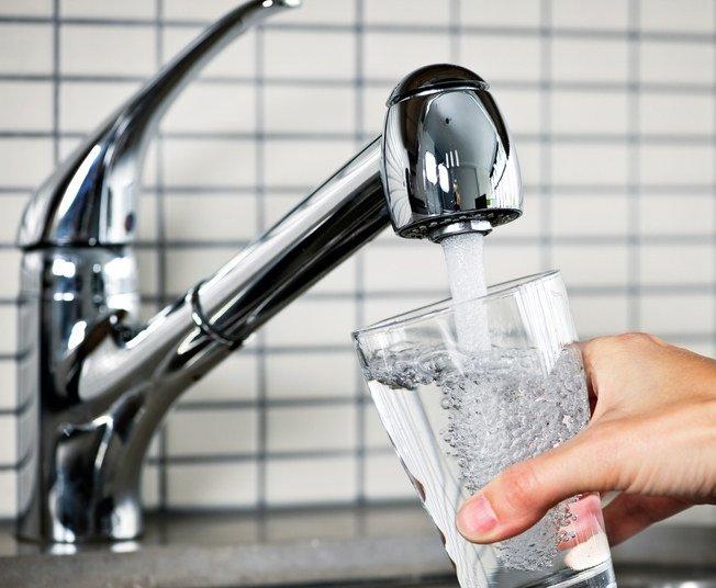 """""""Bebe una taza de agua caliente o fría después de despertarte para purgar tu cuerpo. Luego siéntete bien contigo y planifica tu día""""."""