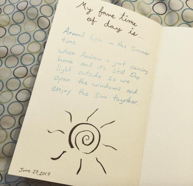 """""""Escribe a diario, al menos 50 palabras, sin importar el tema. Solo escribe (en papel o en un dispositivo digital está bien) y escribe sobre lo que quieras. He estado haciendo esto durante casi un año y desde entonces mi vida cambió por completo. Mi escritura y habilidad para estructurar mis pensamientos han mejorado mucho con el tiempo. Además, he descubierto otra manera increíble de expresarme""""."""