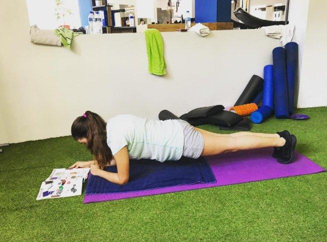 """""""Tengo un cronograma ocupado así que cada mañana empleo aproximadamente entre 1 y 3 minutos haciendo la tabla. Este ejercicio solo puede ayudar a mantener tu cuerpo en forma y te da un aumento de adrenalina para el increíble día por delante""""."""