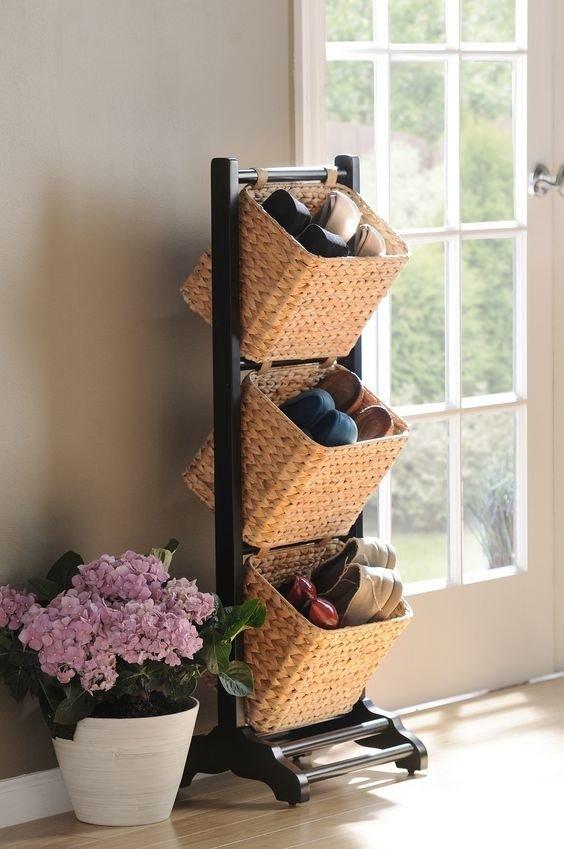 Las cestas tejidas son un elemento de decoración por excelencia, puntos extras si decoras con flores sus alrededores.