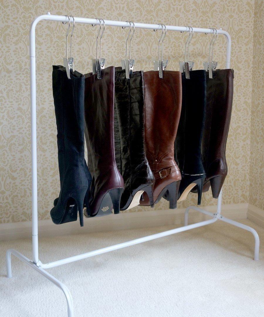 Las botas suelen ser difíciles de organizar porque no caben en todos los sitios. Sin embargo, colgarlas en un rack especial es la solución perfecta para mantenerlas intactas y ordenaditas.