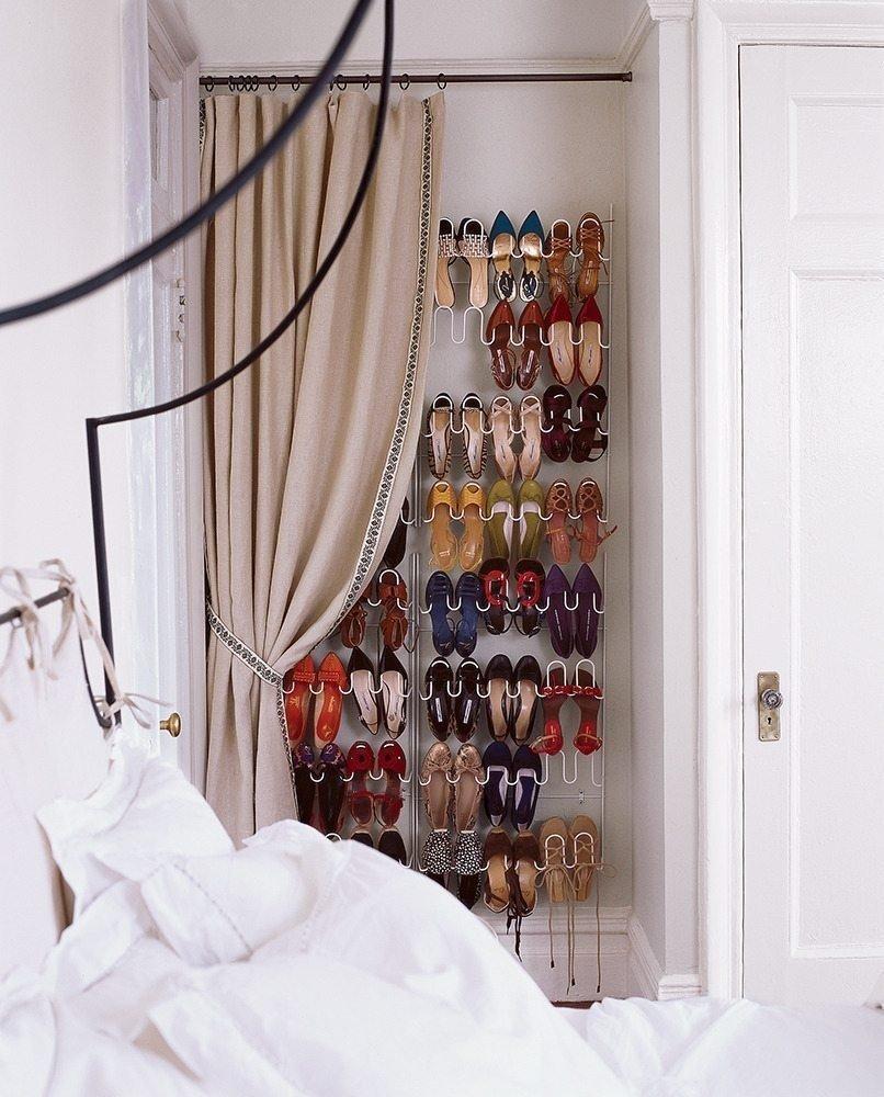 Organiza, contra una pared cercana a tu cama, un rack de zapatos y vístelo con una elegante cortina. De esta forma, parecerá una ventana o una puerta, y nadie tendrá que ver tus piezas.