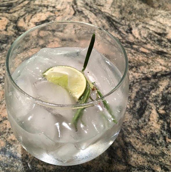 El gin-tonic sabe igual sin ese tubito de plástico, te lo prometo.