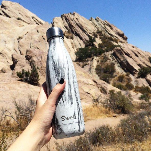 No solo te librará de comprar y tirar incontables botellas de plástico, sino que mantendrá el agua helada.