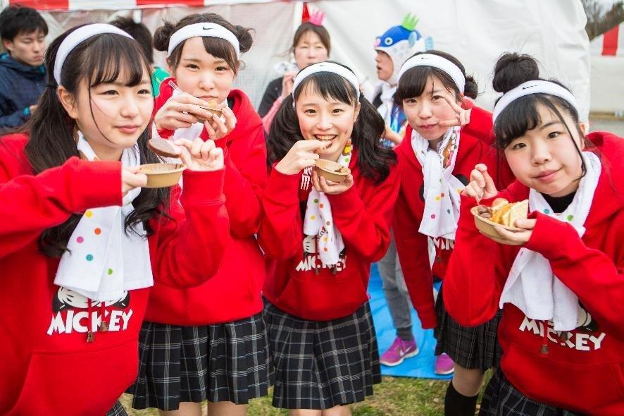 181020 301.jpg?resize=1200,630 - 日本馬拉松無極限!跑馬累了嗎?美少女們餵你吃巧克力!