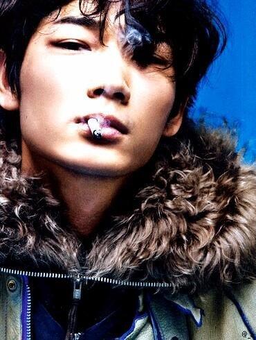 「綾野剛 タバコ」の画像検索結果